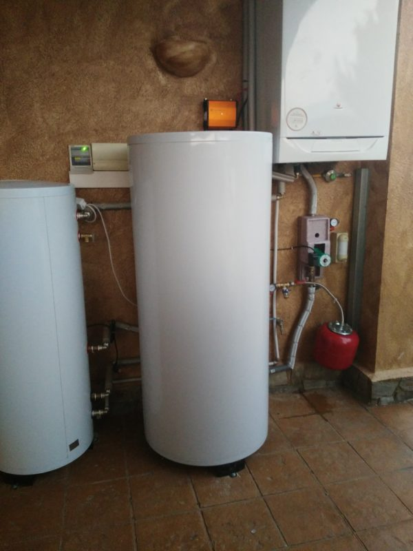 Accumulation tank for solar water heating systems